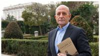 El periodista José Antonio Zarzalejos, amb el llibre sobre l'evolució dels discursos de Felip VI