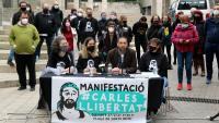 L'advocat del Carles, Eduardo Cáliz, i membres del seu grup de suport i familiar, en l'acte d'ahir