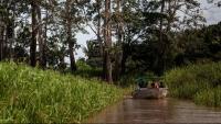 Una embarcació navega per la localitat amazònica d'Autazes, a Manaus (Brasil)