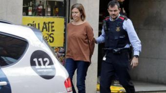 Maria Àngels Freixas, detinguda, sortint de casa seva, on va matar la seva filla de deu anys