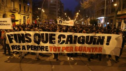 Un moment de la manifestació a Barcelona amb el lema 'Fins que caiguin!'
