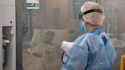Una professional sanitària en una UCI de l'Hospital Clínic
