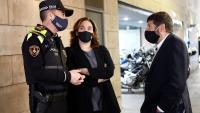 L'alcaldessa de Barcelona, Ada Colau, amb el responsable de seguretat de l'Ajuntament, Albert Batlle, i el cap de la Guàrdia Urbana, Pedro Velázquez