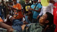 Trasllat d'un ferit arran de la intervenció de la policia en una manifestació a Mandalay