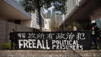 Activistes pro democràcia sostenen una pancarta de suport als companys detinguts davant la seu judicial, ahir