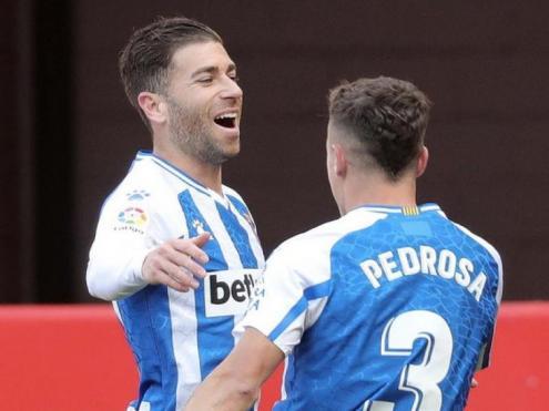 Embarba celebra amb Pedrosa el gol que obria el marcador a El Molinón