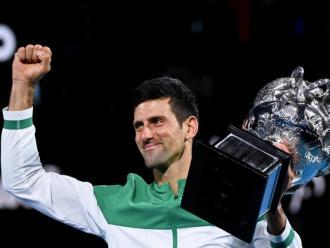 Djokovic, amb el trofeu a Melbourne