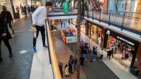 Una imatge de l'Espai Gironès, a Salt, amb les primeres cues que es formaven en algunes botigues del centre comercial ahir amb la reobertura