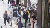 Clients esperant el seu torn per entrar  a les botigues i carregats de bosses a La Maquinista