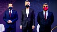 Els tres candidats, abans de començar el debat amb les penyes del FC Barcelona