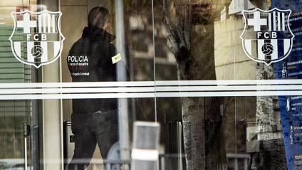 Un mosso d'esquadra entrant a les oficines del Barça avui al matí