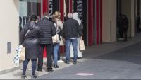 Gent fent cua per entrar en una botiga a La Maquinista de Barcelona