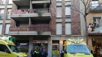 Els serveis d'emergències el dia del crim davant del bloc on va tenir lloc