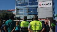 Treballadors d'Acciona concentrats a la seu de l'empresa a la Zona Franca