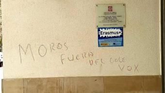 Apareixen pintades racistes en una escola de Reus