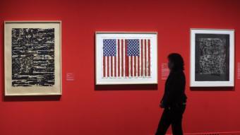 Paret d'obres de Jasper Johns, amb la seva cèlebre bandera americana