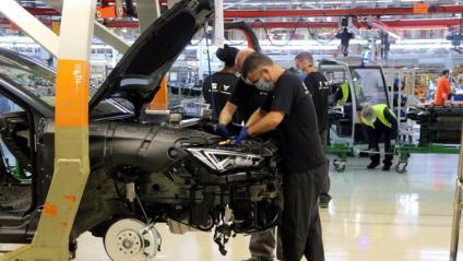 Imatge de dos operaris en una cadena de producció de la planta de Seat a Martorell