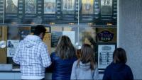 Gent comprant entrades per a una sessió de cinema