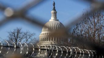 Al fons, la cúpula del Capitoli, edifici que allotja les seus de les dues cambres legislatives dels Estats Units, continua protegit i rodejat per tanques de seguretat des de l'assalt del dia de reis