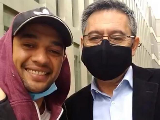 Bartomeu va accedir a fer-se una 'selfie' en sortir de la Ciutat de la Justícia. Ho va fer per una porta lateral que comunica amb els calabossos, i així va poder esquivar els mitjans gràfics