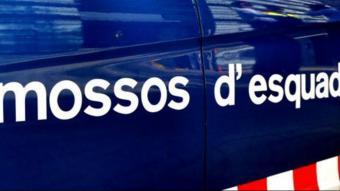 Llançament d'objectes i càrregues dels Mossos en un desnonament a Barcelona