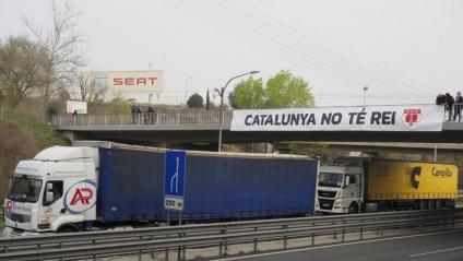 La pancarta 'Catalunya no té rei' prop de la planta de Seat