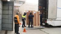 Operaris carregant peces de la Franja del Museu de Lleida per dur-les a Barbastre