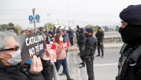 Manifestants expressant el rebuig al rei davant d'un cordó dels Mossos d'Esquadra, al polígon de Martorell on hi ha la planta de Seat