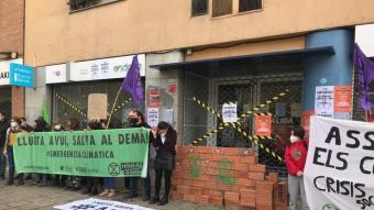 L'acció duta a terme ahir al migdia a la seu d'Endesa del carrer Güell de Girona.