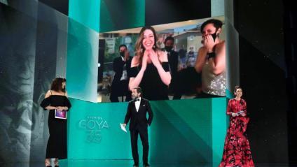 La directora Pilar Palomero, a la pantalla, en rebre el Goya a millor directora novella