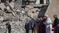 Francesc prega per les víctimes de la guerra entre les runes de la plaça de l'Església, a la ciutat vella de Mossul
