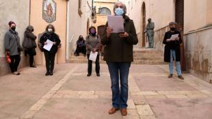 Membres del Fòrum llegint les fitxes d'ingrés a la presó de les onze dones mortes al convent de les oblates