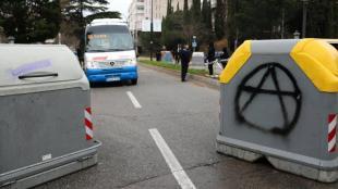 Contenidors barrant el pas a l'Eix Central de la Universitat Autònoma de Barcelona