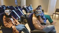 Professionals assistents al curs de formació, durant una sessió amb realitat virtual