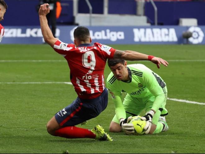 Luis Suárez en una pugna amb Courtois
