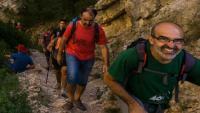 Uns excursionistes, pel camí del congost de Mont-rebei