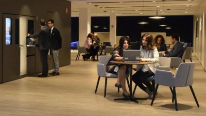 Interior d'una de les noves oficines 'store' de CaixaBank