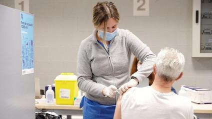 Vacunació amb AstraZeneca a la franja d'edat de 60 a 65 anys, a la facultat de Geografia i Història de la UB