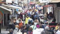 Gent passejant per Sitges