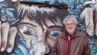 Antoni Clapés, davant d'un dels espectaculars grafits a les parets de l'antiga Vallcarca