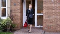 La ministra principal d'Escòcia, Nicola Sturgeon, surt de casa seva a Glasgow