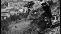 Un cotxe estimbat vora Portbou, el març de 1939.
