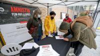 Un ciutadà signa a favor de l'amnistia dels represaliats, ahir, a Barcelona