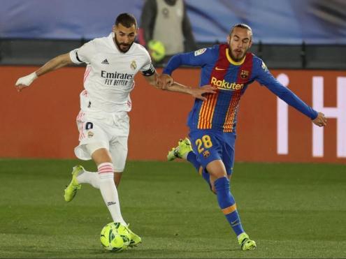 Mingueza corrent en una jugada amb Benzema