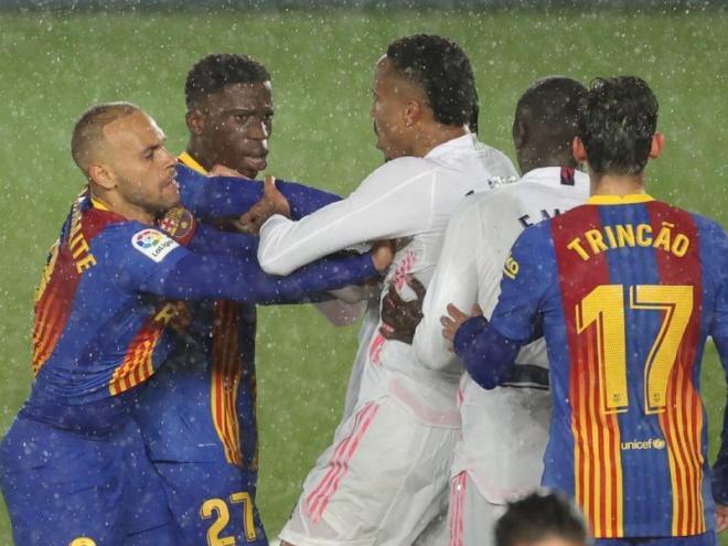 Picabaralla entre jugadors després de la jugada del possible penal