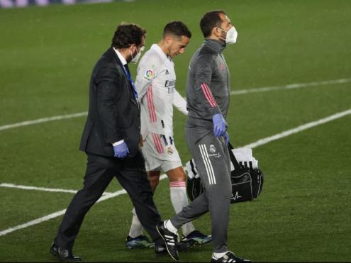 Lucas abandonant el terreny de joc de l'Alfredo di Stéfano lesionat
