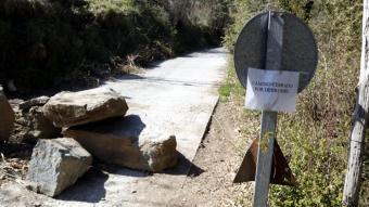Un cartell que informa del camí tancat a Les Llosses (Ripollès) per l'esvoranc