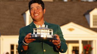 Hideki Matsuyama amb la jaqueta verda i el trofeu de campió del Masters