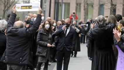 Concentració de ciutadans i advocats en suport dels síndics en el judici