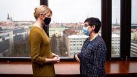 La ministra espanyola d'Exteriors, Arancha González Laya (dreta), es reuneix amb la seva homòloga d'Estònia, Eva María Liimets, en l'última etapa de la seva gira pels Estats bàltics, avui divendres a Tallín